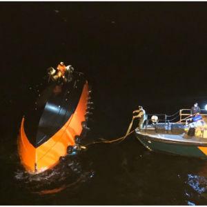 Sjöbevakningen skulle vända den kantra båten, men den sjönk under räddningsinsatsen.