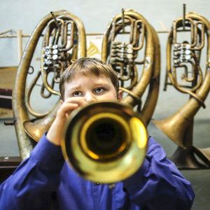 Pojke spelar bläckblås i dokumentären Dixieland.