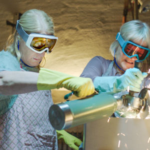Två kvinnor försöker såga upp enn pengakassett med cikelsåg i serien Enkelstöten.