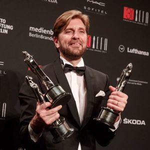 Regissören Ruben Östlund mottar EFA-pris i Berlin.