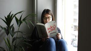 Pieni kirjasto -blogin kirjoittaja lukee Sonja O. -romaania