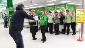Prismas personal i Loimaa firar rekordstora Eurojackpot vinsten.