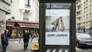 Det franska modehuset Yves Saint-Laurent kritiseras för sexistisk reklam.