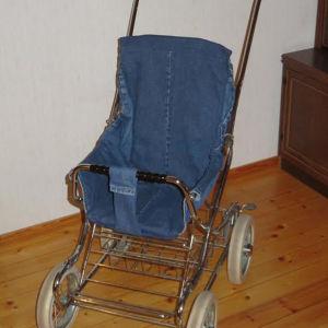 Barnvagn omklädd med jeanstyg.