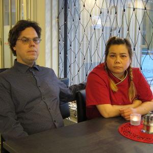 Joakim Snickars och hans fru Udomrak Yodkaew sitter bredvid varandra i en tom lunchrestaurang
