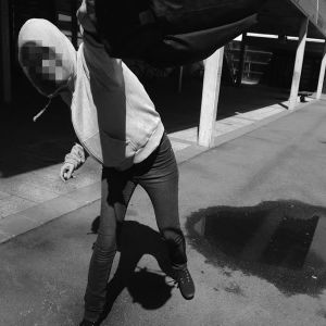 Anonym ungdom som viftar med väska.