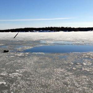 En stövel finns kvar på iskanten efter att en man räddats ur en isvak.