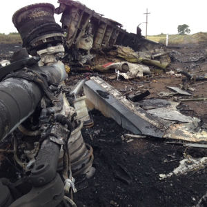 Det som finns kvar av Malaysia Airlines plan i östra Ukraina.