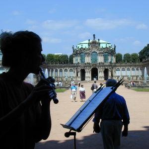 Nainen soittaa huilua Zwingerin puistossa Dresdenissä.