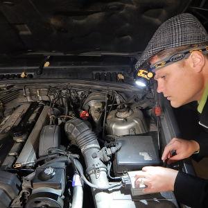 toimittaja Tuomas Kiukas asentaa etanolimuuntosarjaa autoonsa