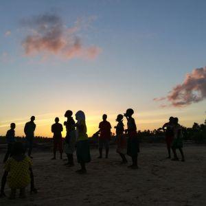 Kenian Makongenin kylässä tanssitaan Hula hulaa