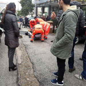 Akutvårdare tar hand om en av de skadade.