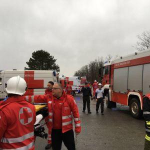 Brandbilar och räddningsmanskap samlade utanför en gasanläggning i Österrike.