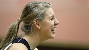 Erica Hjerpe skrattar, våren 2015.