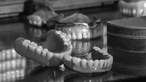 Hammasproteeseja (mustavalkoinen kuva)
