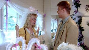 Aviopari häänäyttelyssä, dokumentista Naimisiin - suomalaisia häätapoja (1997)
