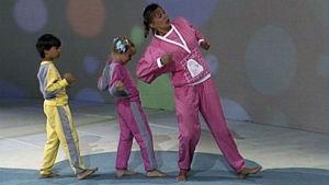 Maija Harjula ohjaa lasten jumppaa, ohjelmasta Viiperi (1986)