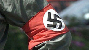 Natsitunnus hihassa.