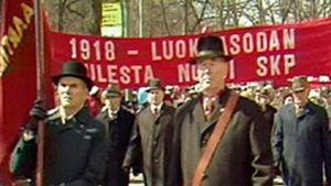 Vappumarssi vuonna 1933. SKP:n banderolli kuvassa