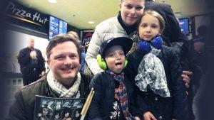 Henrik Creutz med familj på Kiss-konsert 4.5.2017 i arenan i Helsingfors