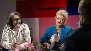 Irwin Goodman ja Kikka istuvat studiossa, kuvassa etualalla toimittaja Tapani Ripatin selkä.