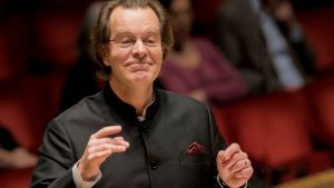 Fredrik Malmberg dirigerar. Foto: Jan-Olav Wedin / Konserthuset