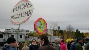 Föräldrar och elever protesterar vid S:t Karins svenska skola och Hovirinnan koulu.