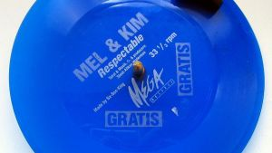 "Ett promoexemplar av Mel and Kims vinylsingel ""Respectable"""