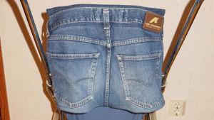 Sittkärra omklädd med gammalt jeanstyg.