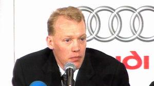 Hiihtäjä Jari Isometsä tiedotustilaisuudessa hiihdon MM-kisoissa 2001