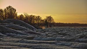 Vågor slår mot stranden