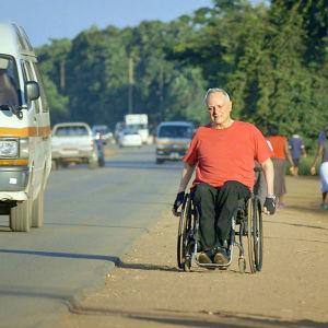 Hulting i sin rollstol vid sidan av vägen i Afrika.