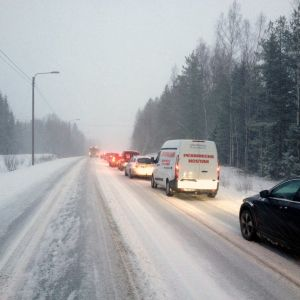 Bilköer vid långtradarolycka i längs riksväg åtta i Kronoby.