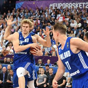 Lauri Markkanen och Petteri Koponen på planen för Finland i basket-EM.