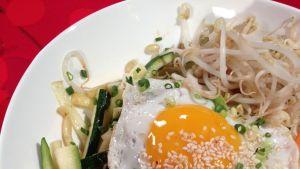 Bibimap - koreansk risrätt med stekta grönsaker och nötkött