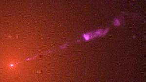 M 87 galaksi ja siitä virtaava suihku