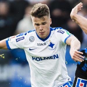 IFK Norrköpings Simon Skrabb i duell med Sirius-spelaren Niklas Busch Thor.