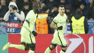 Yaya Toure (t.v.) och Sergio Agüero firar Citys mål i Champions League.