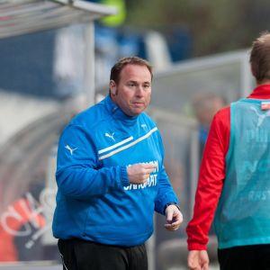 Mike Keeney tränar Ekenäs IF:s fotbollsmanskap.