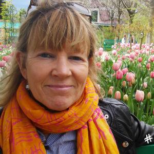Författaren Anna Gullichsen i Monets trädgård.