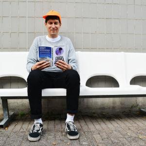 Kasper njuter av sin egen bok.