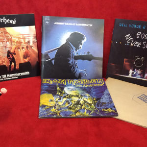 Rockpolisernas Playmobil-gubbe pekar på cd-konvolut