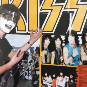 13-åriga Henrik Creutz år 1987 sminkad som Gene Simmons i Kiss framför Kiss-plansch