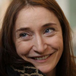 Barnboksillustratören Linda Bondestam med Bärtils bokklubbs logo