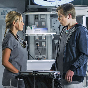 Sairaalasarjan näyttelijät seisovat rinnakkain.