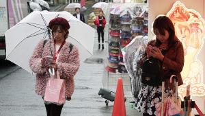Japanska ungdomar på gata.