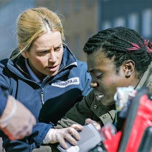 Sairaalasarja Sykkeen kohtaus: ensihoitajat hoitavat potilasta kadulla.