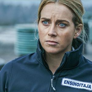Näyttelijä Iina Kuustonen roolissaan ensihoitajan asussa.