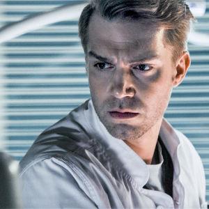 Sairaalasarjan Holopainen katsoo otsaa kurtistaen ruutua.