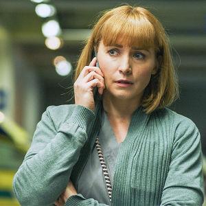 Nainen puhuu puhelimeen.